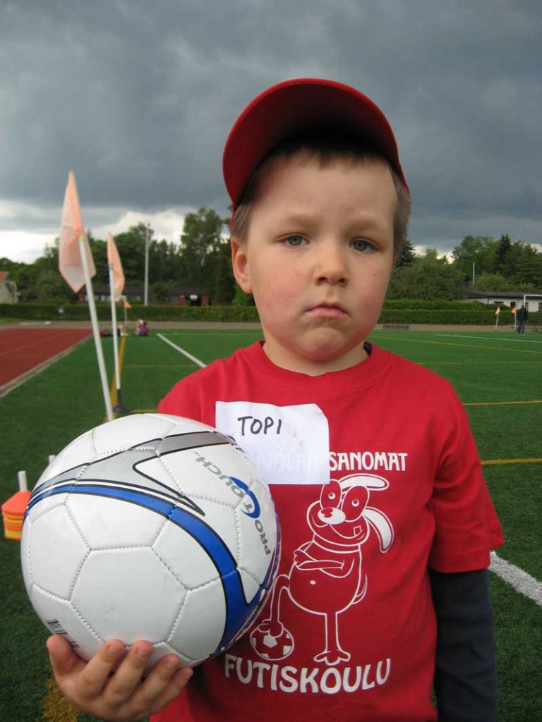 Topi 4 vuotiaana Pilkku jalkapallokoulussa